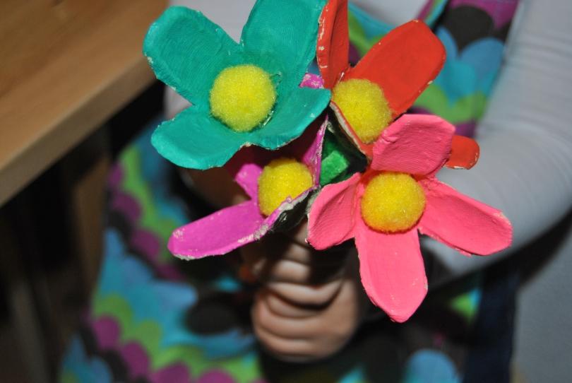Flores con hueveras de cartón